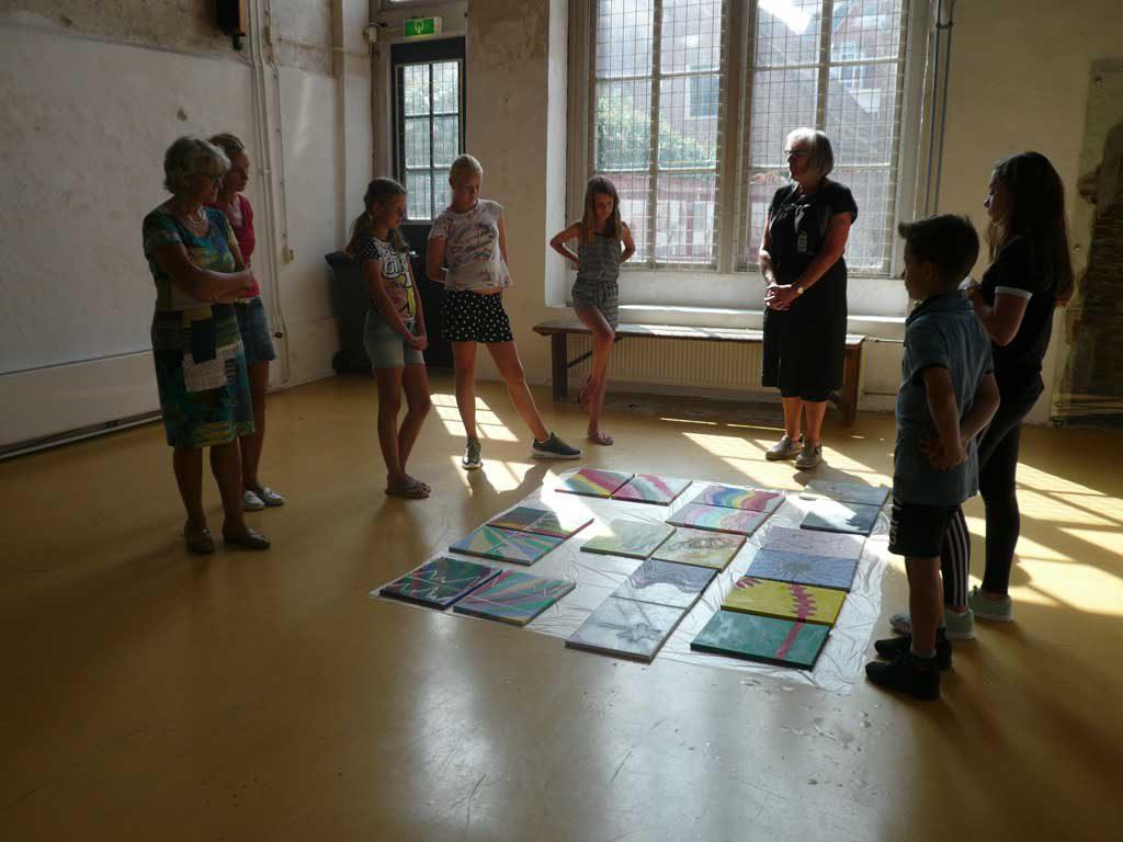 Maja de Haan bekijkt met deelnemers de resultaten