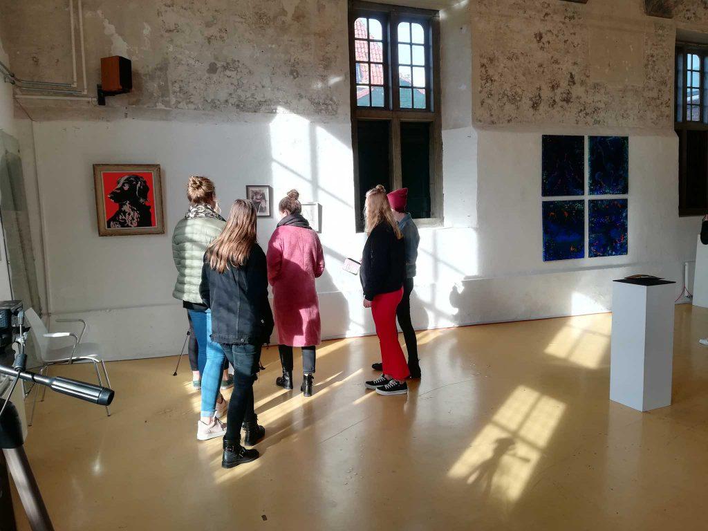 Clusius-studenten bezoeken Abstract-Expositie
