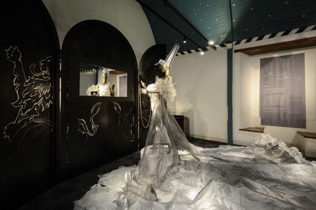 Fotografie door Ella Siekman in het Muiderslot, kostuum van Ella Siekman