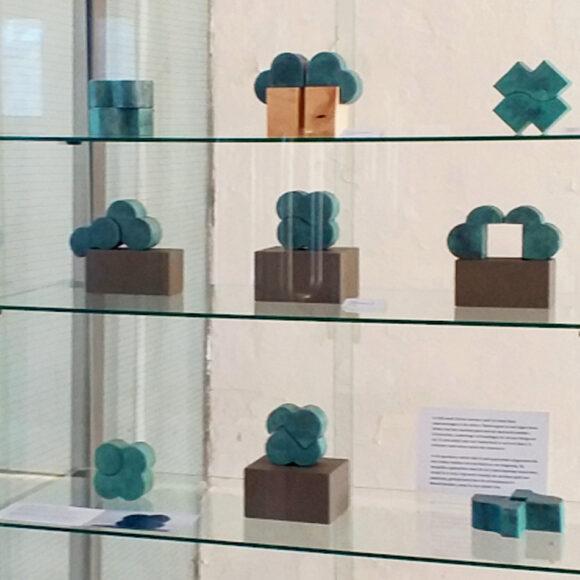Vitrine expositie Lies van der Sluis